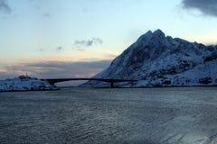 Pont entre les belles îles des îles de Lofoten de la Norvège photo libre de droits