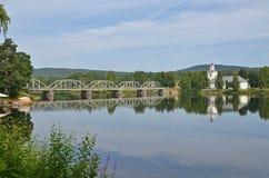 Pont et église de Segersta Photographie stock libre de droits