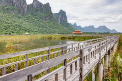 Pont et abri dans un lac Photos stock