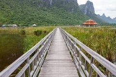 Pont et abri dans un lac Image stock