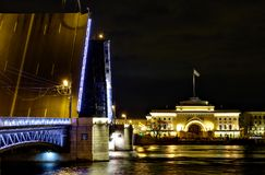 Pont et Amirauté de palais à St Petersburg Photo stock