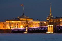 Pont et Amirauté de palais dans l'illumination de nuit le soir de février Hiver St Petersburg, Russie Image libre de droits