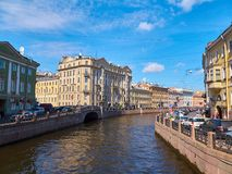 Pont et bâtiments sur la rivière de Moika dans le St Petersbourg, Russie Photo libre de droits