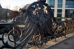 Pont et cadenas de Weidendammer gravés avec les noms de l'amant, verrouillés sur la balustrade de fer Photo libre de droits
