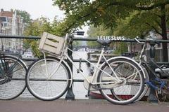 Pont et canal de Leliesluis avec le vélo, Amsterdam Photos stock