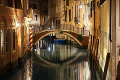 Pont et canal de Venise la nuit Photographie stock