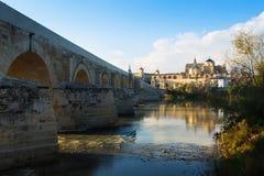 Pont et cathédrale romains de Cordoue Images libres de droits