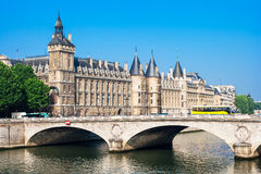 Pont et château Conciergerie, Paris, France de changement d'Au de Pont Photographie stock libre de droits