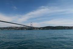 Pont et détroit de Bosphorus comme vu de la mosquée d'Ortakoy à Istanbul, Turquie Images stock