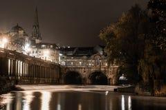 Pont et déversoir de Pulteney la nuit Image stock