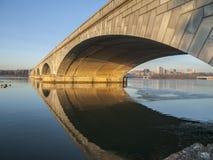 Pont et fleuve Potomac d'Arlington image libre de droits