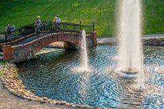 Pont et fontaine en pierre image stock