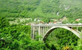 Pont et hameau parmi les montagnes montenegro Un bon nombre de greencountryside photo libre de droits