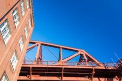 Pont et immeuble de brique de Broadway Photo libre de droits