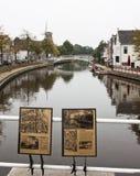 Pont et infos au-dessus de Klein Diep dans Dokkum, Hollande Images libres de droits