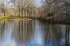 Pont et lac chez Smith Mountain Dam Picnic Area photographie stock libre de droits