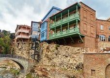Pont et maisons dans le secteur d'Abanotubani dans la vieille ville de Tbilisi georgia Photographie stock libre de droits