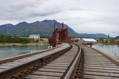 Pont et montagnes de chemin de fer dans Carcross, le Yukon Photographie stock libre de droits