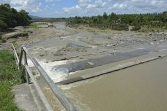 Pont et NIA Dam Both Located de Masalang chez Lapulabao, Hagonoy, Davao del Sur, Philippines photo libre de droits