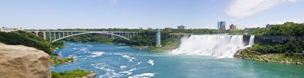 Pont et Niagara Falls Etats-Unis en arc-en-ciel Photo libre de droits