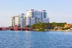 Pont et propriétés résidentielles le long du canal dans Miami Beach, la Floride Photo libre de droits