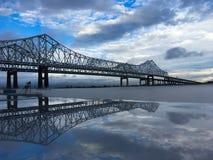 Pont et réflexion au-dessus du fleuve Mississippi puissant images libres de droits