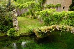 Pont et rivière au jardin du Nympha Photo stock