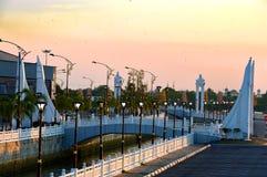 Pont et rivière en Kuala Terengganu, Malaisie image stock