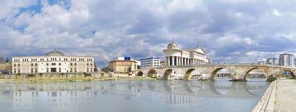 Pont et rivière en pierre de Vardar à Skopje, Macédoine Photographie stock libre de droits
