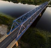 Pont et rivière en route Photographie stock