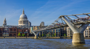 Pont et saint Pauls Cathedral, Londres de millénaire Photo libre de droits