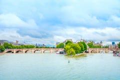 Pont et Seine de Pont Neuf à Paris, France Photo libre de droits