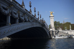 Pont et statue d'or de cheval à Paris images libres de droits