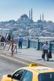 Pont et taxi de Galata Images stock