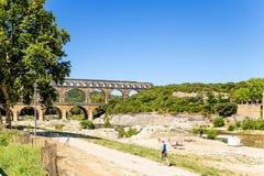 pont för du france gard Landskap med den forntida akvedukten Arkivfoto