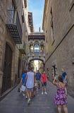 Pont gothique chez Carrer del Bisbe, Barcelone Photos stock