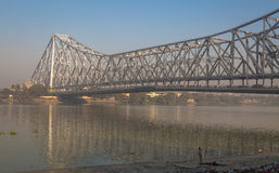 Pont historique de Howrah sur la rivière Hooghly chez Kolkata, Inde Images stock