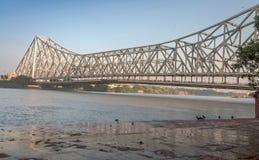 Pont historique de Howrah sur la rivière Hooghly le Gange chez Kolkata, Inde Photographie stock
