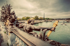 Статуя на мосте Pont Александра III в Париже, Франции башня перемета реки eiffel Стоковое Изображение