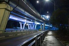 Pont illuminé la nuit Photos libres de droits