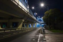 Pont illuminé la nuit Photographie stock