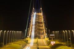 Pont iluminado de Normandy na noite, ponte francesa sobre Seine imagem de stock