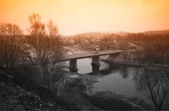 Pont industriel diagonal pendant le hd de fond de temps de coucher du soleil photographie stock