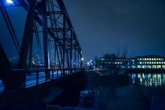 Pont industriel en chemin de fer de vintage la nuit image stock