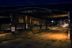 Pont industriel en train de Chicago d'allée foncée de ville la nuit photographie stock libre de droits