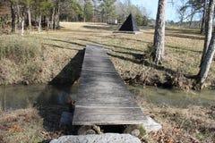 Pont intéressant de rivière de crique par jour ensoleillé photo stock