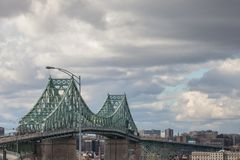Pont Jacques Cartier bro som tas i Longueuil i riktningen av Montreal, i Quebec, Kanada, under en molnig eftermiddag royaltyfria foton