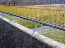 Pont jaune sur un barrage de réservoir Image libre de droits