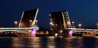 Pont-levis de lieutenant Shmidt's la nuit Photos stock