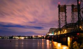 Pont-levis de nuit au-dessus du fleuve Columbia I-5 d'un état à un autre Images stock